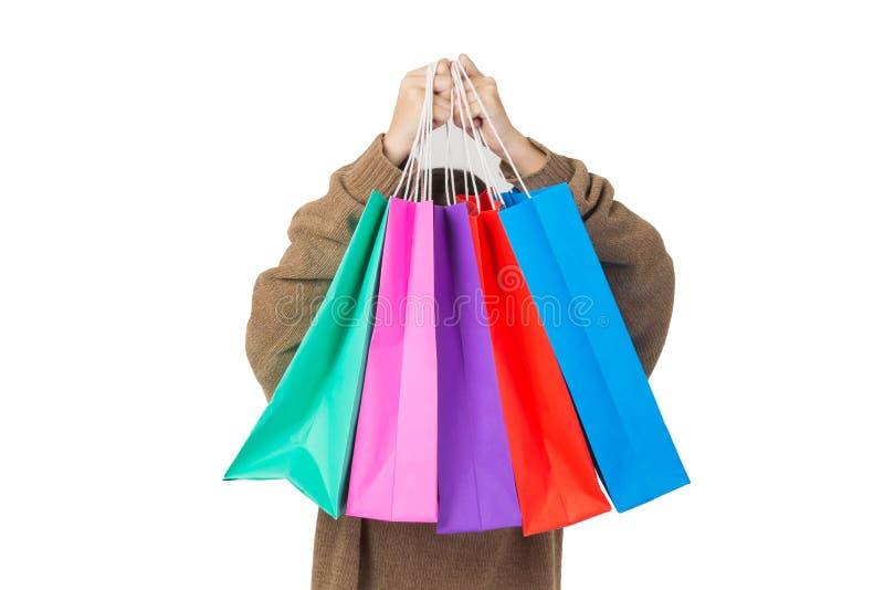 Mulher feliz bonita nova de compra da mulher asiática com os sacos coloridos na alameda imagem de stock royalty free