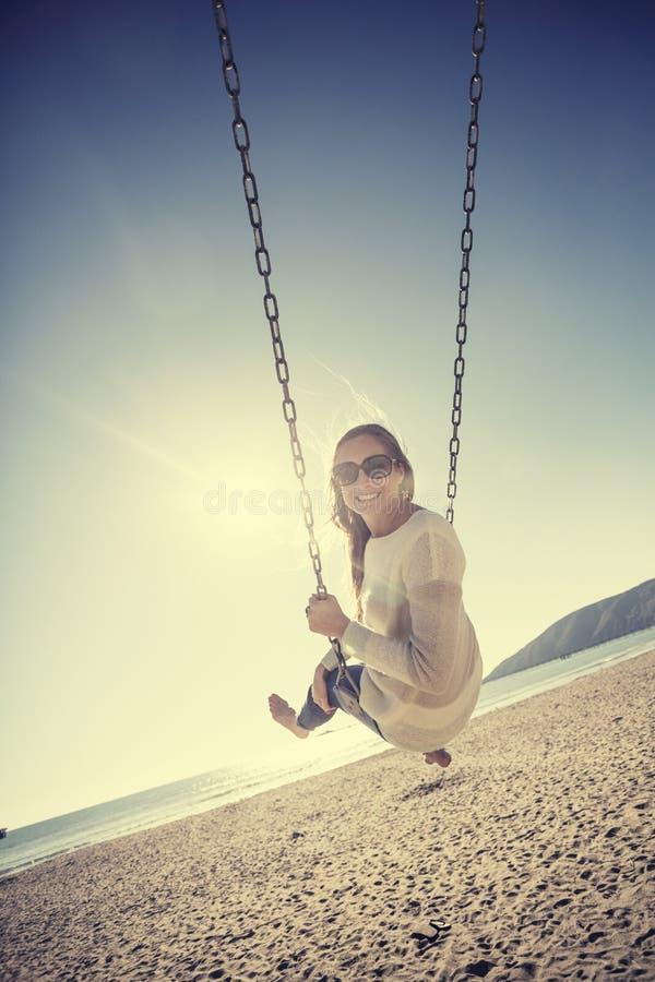 Mulher feliz bonita que balança na praia fotos de stock