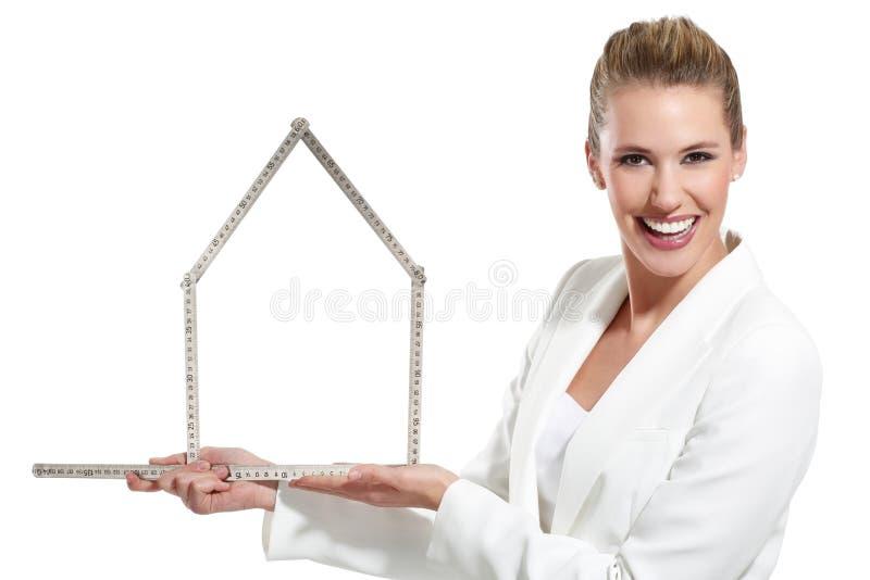 Download Mulher Feliz Bonita Que Mostra Um Símbolo Da Casa Foto de Stock - Imagem de feliz, chave: 29842150