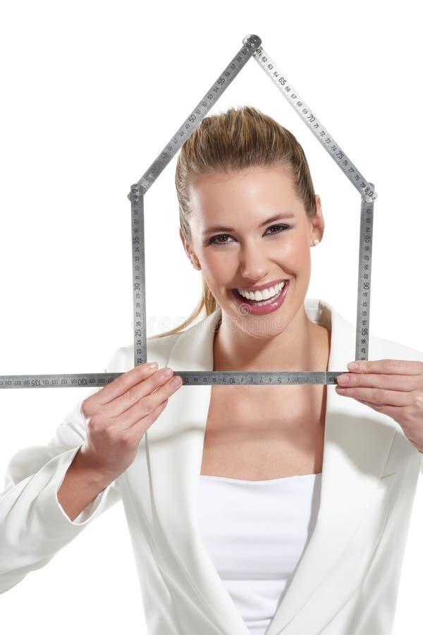 Download Mulher Feliz Bonita Que Mostra Um Símbolo Da Casa Imagem de Stock - Imagem de home, mão: 29842215