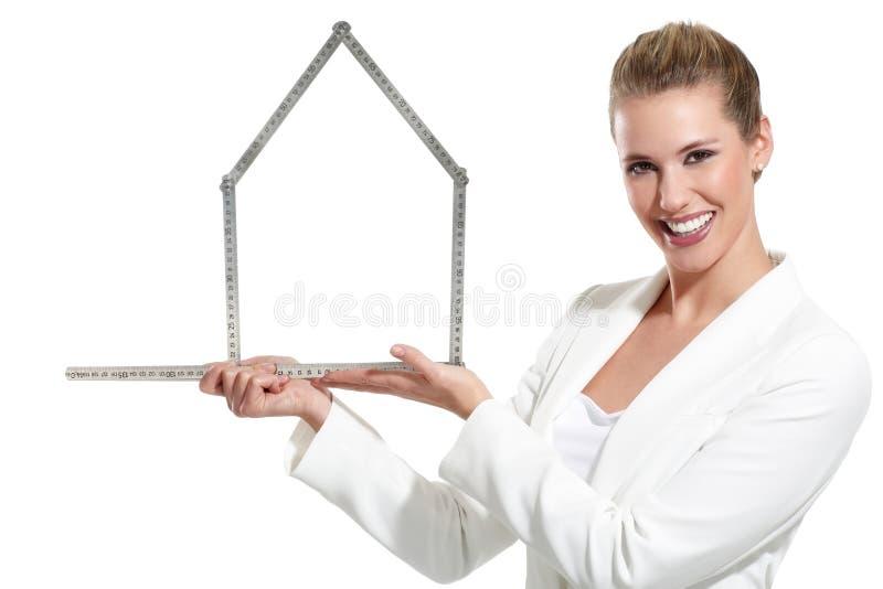 Download Mulher Feliz Bonita Que Mostra Um Símbolo Da Casa Imagem de Stock - Imagem de conceito, proprietário: 29842327
