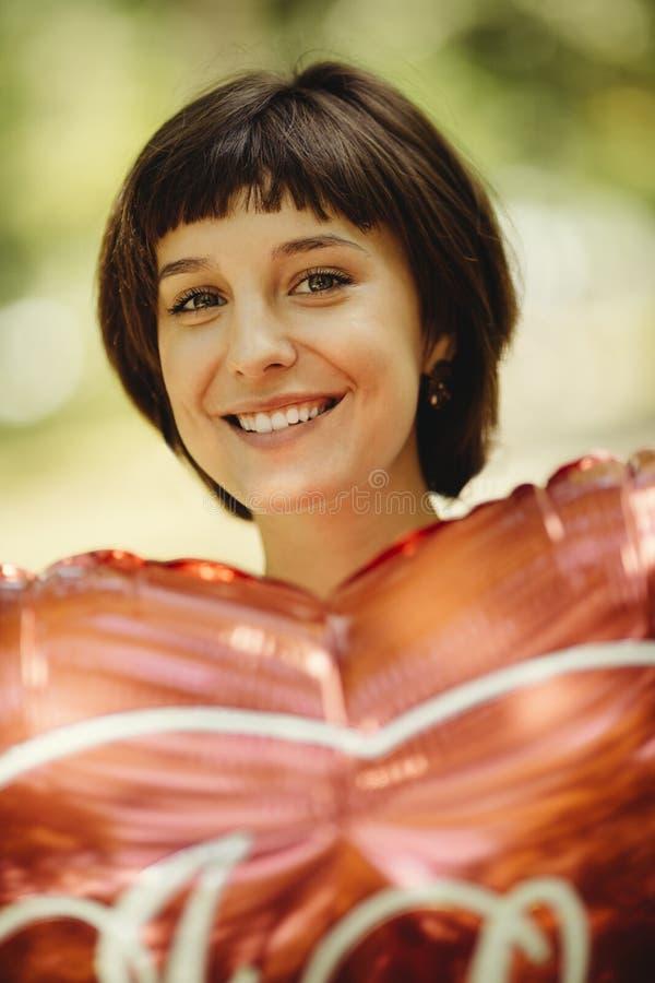 Mulher feliz com balão vermelho fotografia de stock