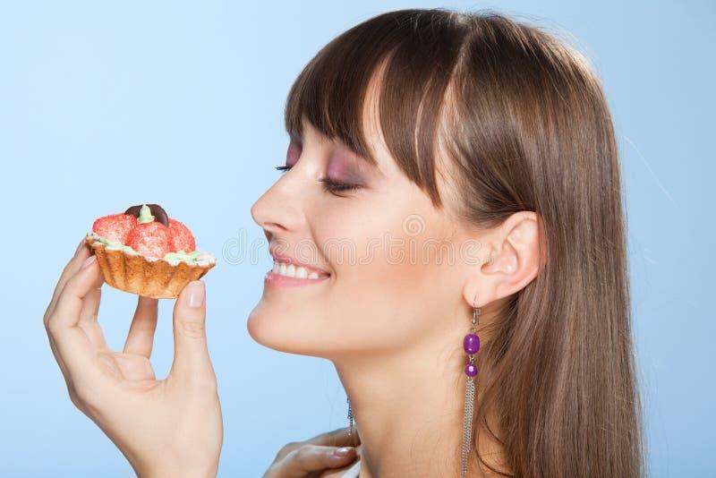 Mulher feliz com bolo tart foto de stock royalty free