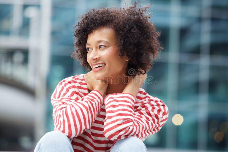 Mulher feliz com cabelo encaracolado que ri fora imagens de stock