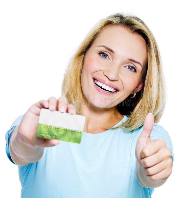 Mulher feliz com cartão de crédito fotografia de stock