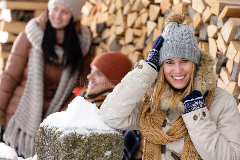 Mulher feliz com a casa de campo do país do inverno dos amigos fotografia de stock