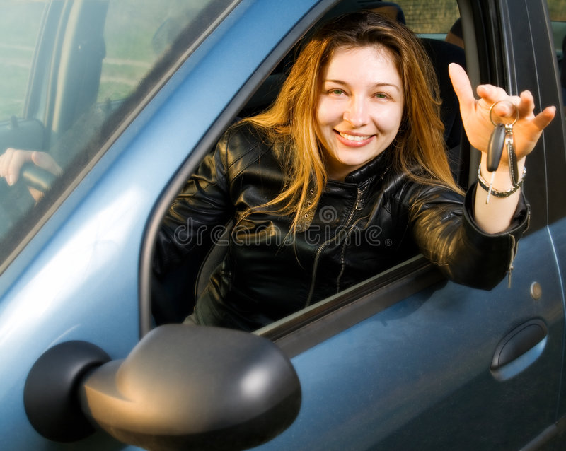 Mulher feliz com chaves de seu carro novo fotos de stock