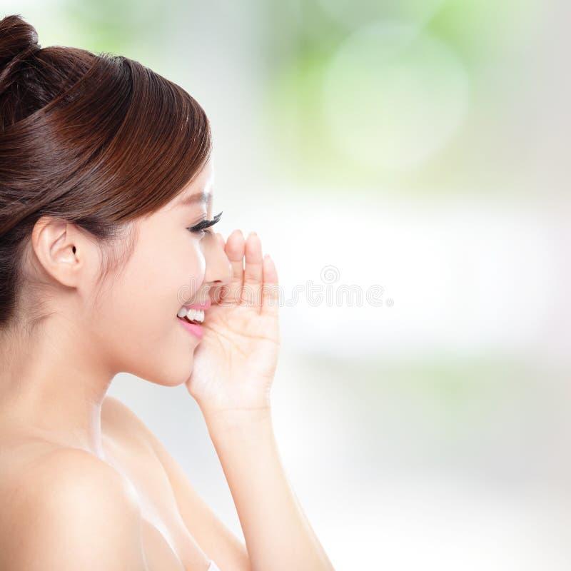 Mulher feliz com conversa da pele da saúde a você foto de stock