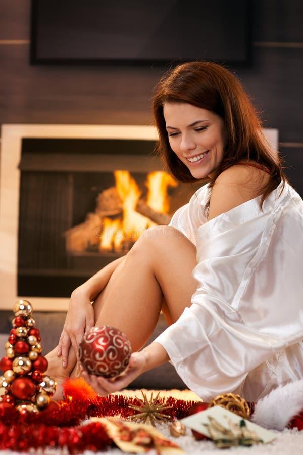 Mulher feliz com decoração do Natal foto de stock royalty free