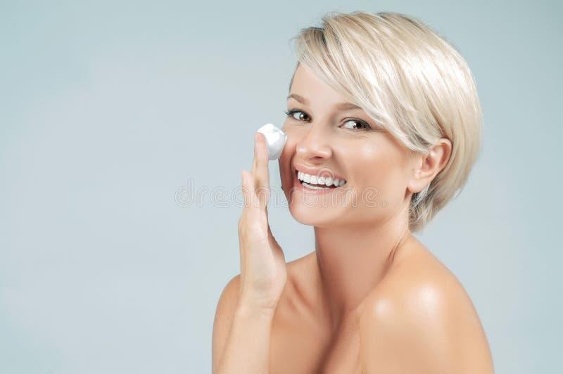 Mulher feliz com espuma para lavar em sua cara Pele limpa perfeita foto de stock royalty free