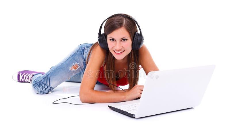 Mulher feliz com fones de ouvido foto de stock