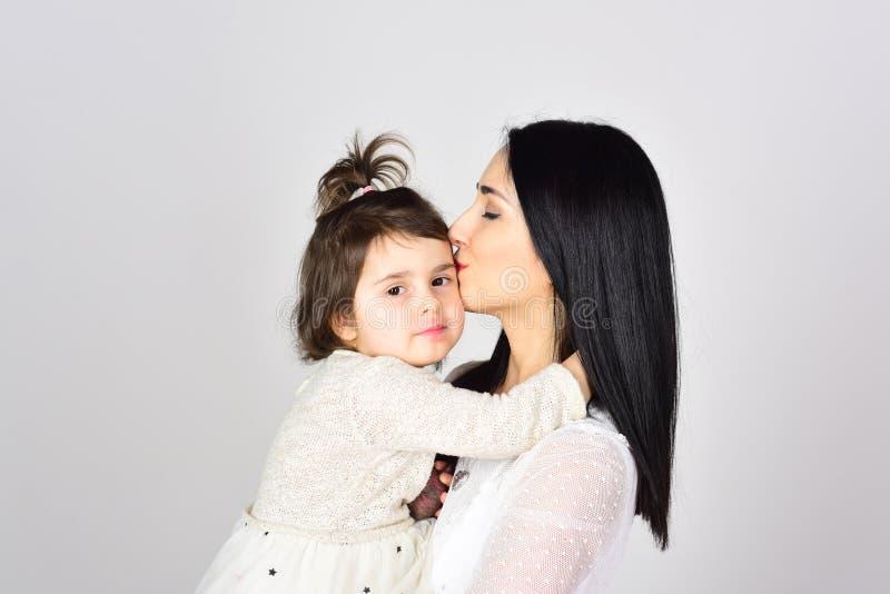 Mulher feliz com menina Dia de matrizes O dia das crianças Mãe e filha Beleza e fôrma Amor e família imagens de stock royalty free