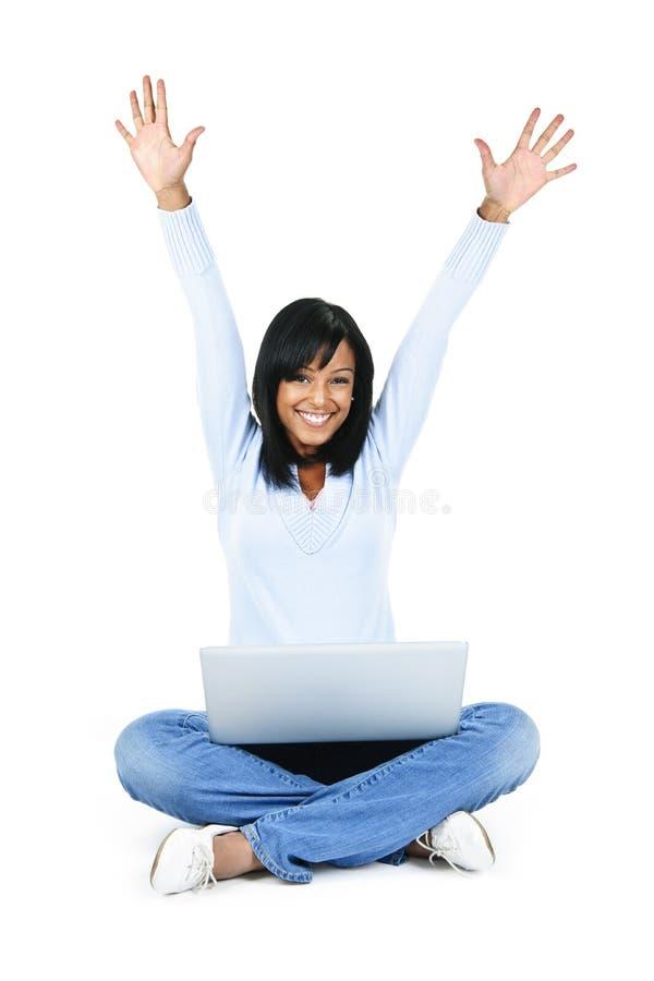 Mulher feliz com os braços rasing do computador fotos de stock royalty free