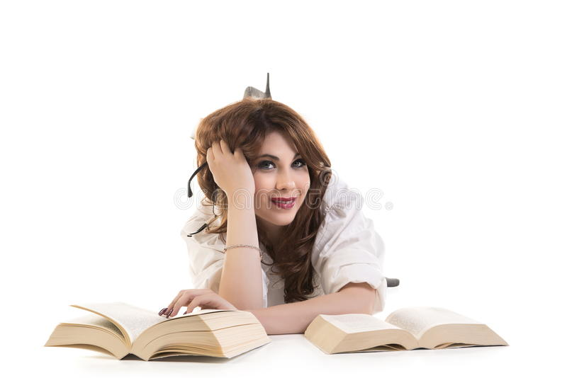 Mulher feliz com os livros que encontram-se no assoalho fotos de stock royalty free