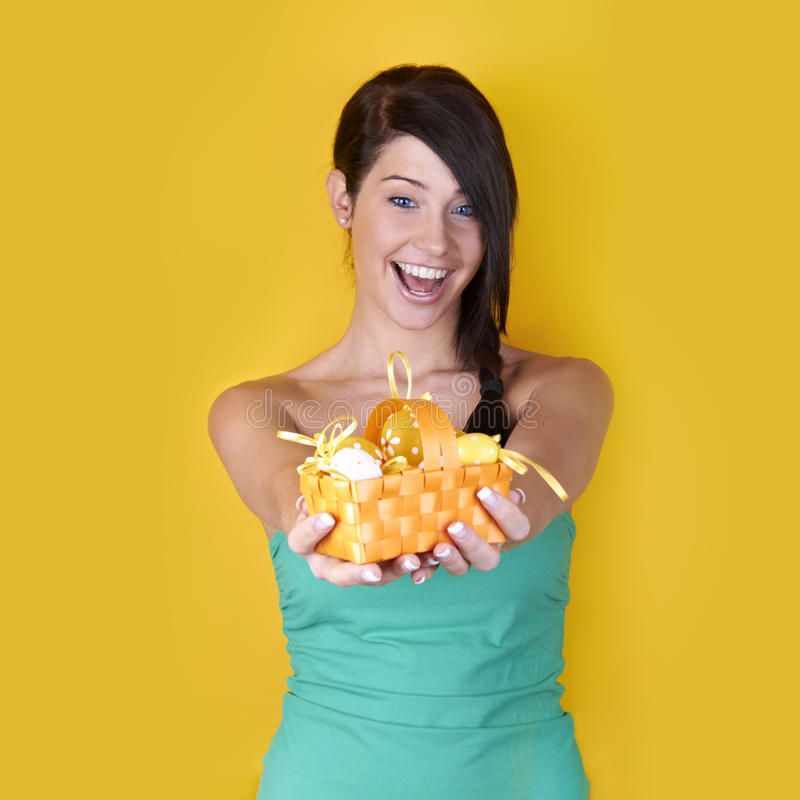 Mulher feliz com ovos de Easter imagens de stock