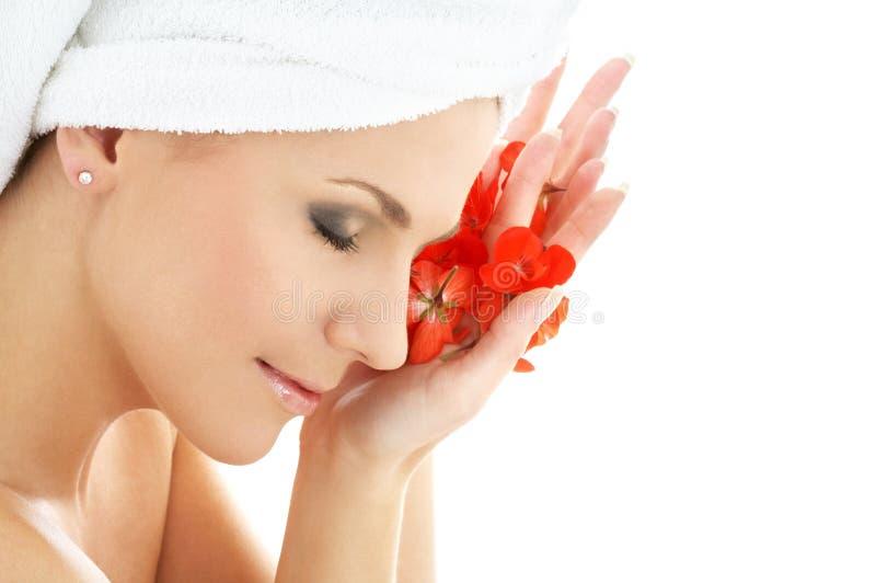 Mulher feliz com pe vermelho da flor fotografia de stock