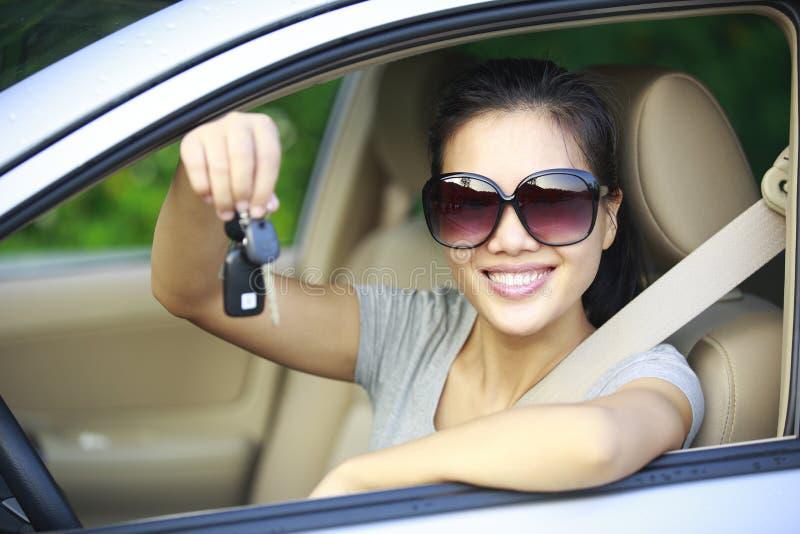 Mulher feliz com primeiro carro foto de stock royalty free