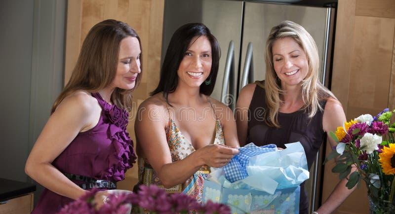 Mulher feliz com roupa do bebê fotografia de stock royalty free