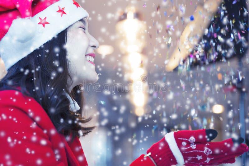 Mulher feliz com roupas de árbitro com neve à noite Conceito de Feliz Natal fotos de stock royalty free