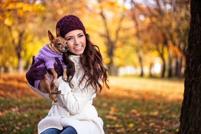 Mulher feliz com seu cão imagem de stock royalty free