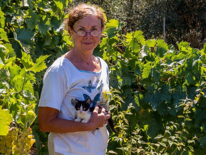 Mulher feliz com seu gatinho imagem de stock royalty free