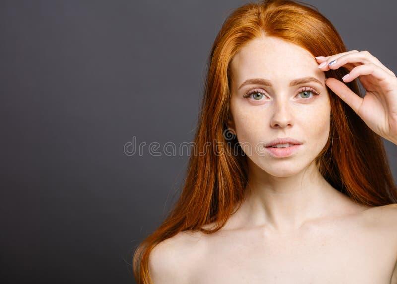 Mulher feliz com sorriso bonito, cabelo do gengibre e pele freckled saudável perfeita fotos de stock