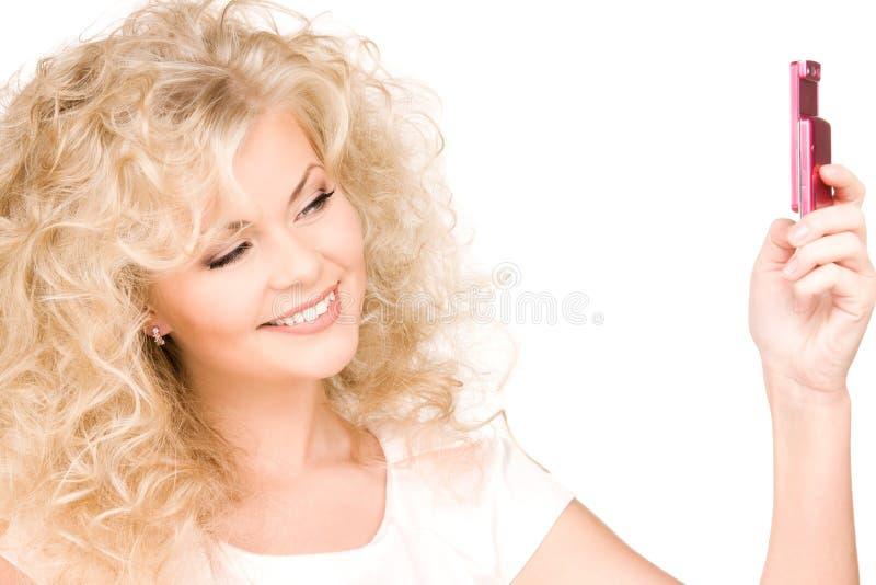 Mulher feliz com telefone de pilha fotos de stock