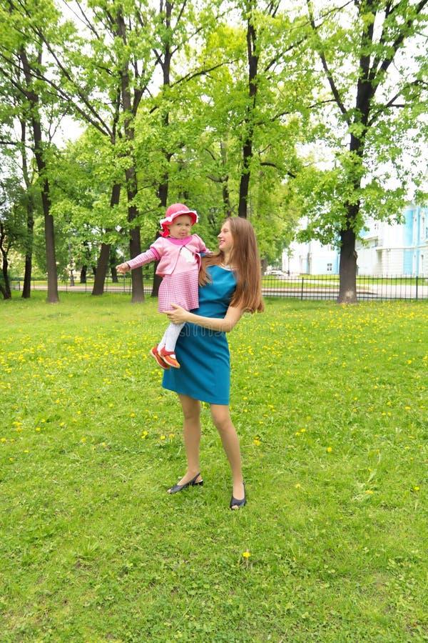 Mulher feliz com uma criança que descansa na natureza imagem de stock royalty free