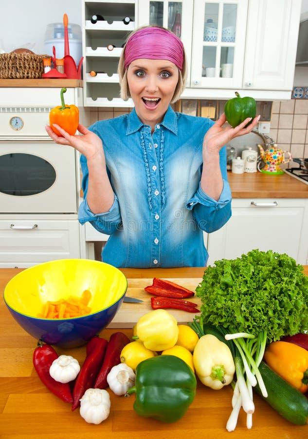 Mulher feliz com vegetais imagem de stock royalty free