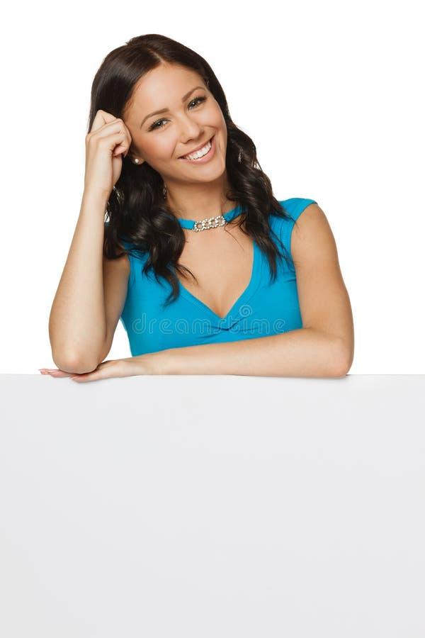 Mulher feliz com whiteboard foto de stock royalty free