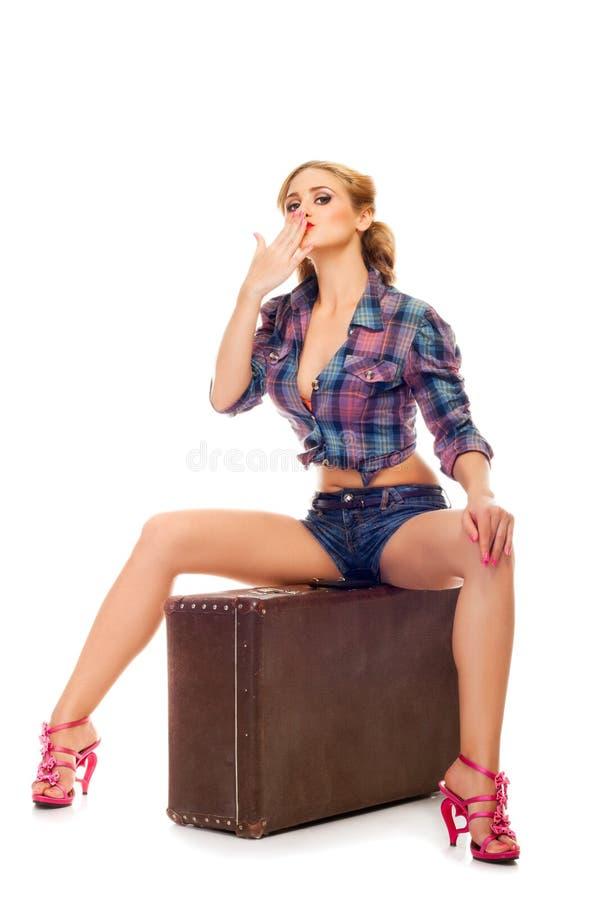Mulher feliz consideravelmente nova com saco do curso fotos de stock
