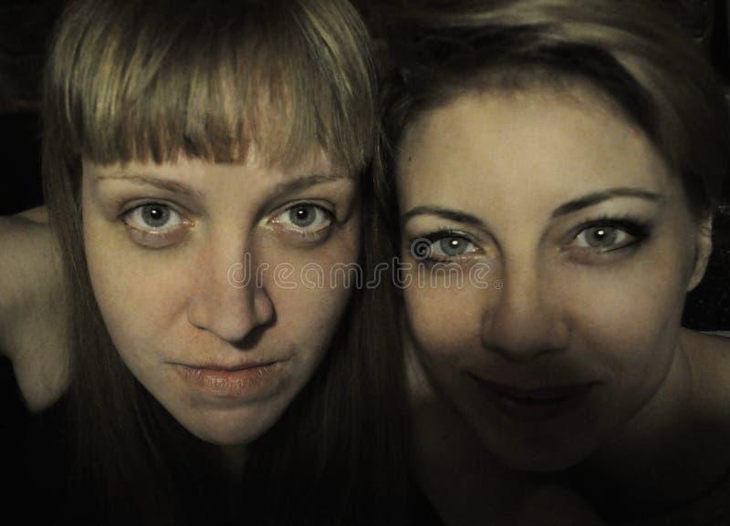Mulher feliz da beleza de dois jovens imagem de stock royalty free