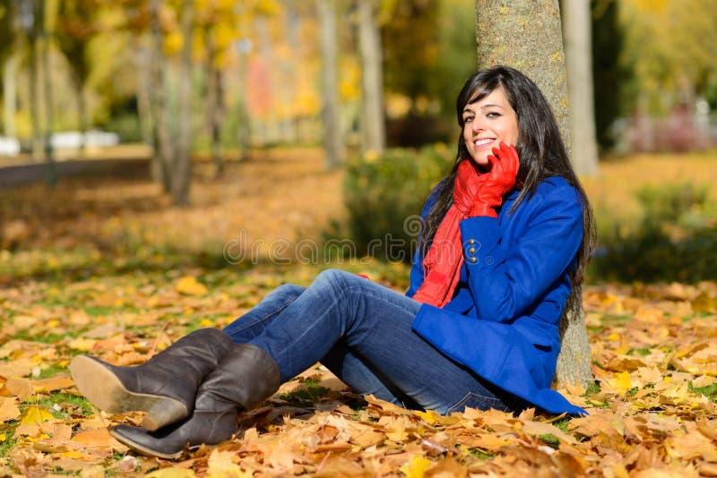 Mulher feliz da fôrma no outono fotografia de stock