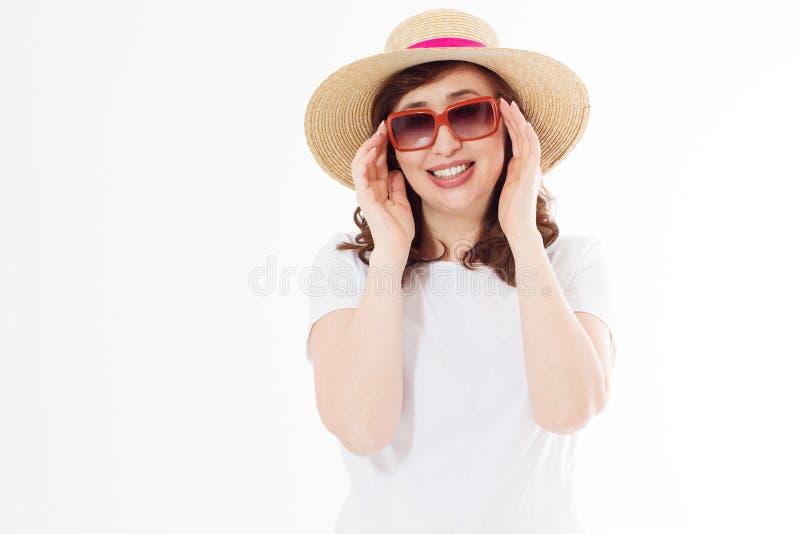 Mulher feliz da Idade Média no chapéu do verão, óculos de sol Proteção de pele do verão, acessórios de forma Fêmea no branco vazi fotografia de stock royalty free
