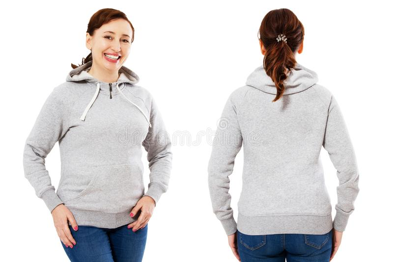 Mulher feliz da Idade Média que levanta no modelo vazio do hoodie isolado sobre o branco foto de stock
