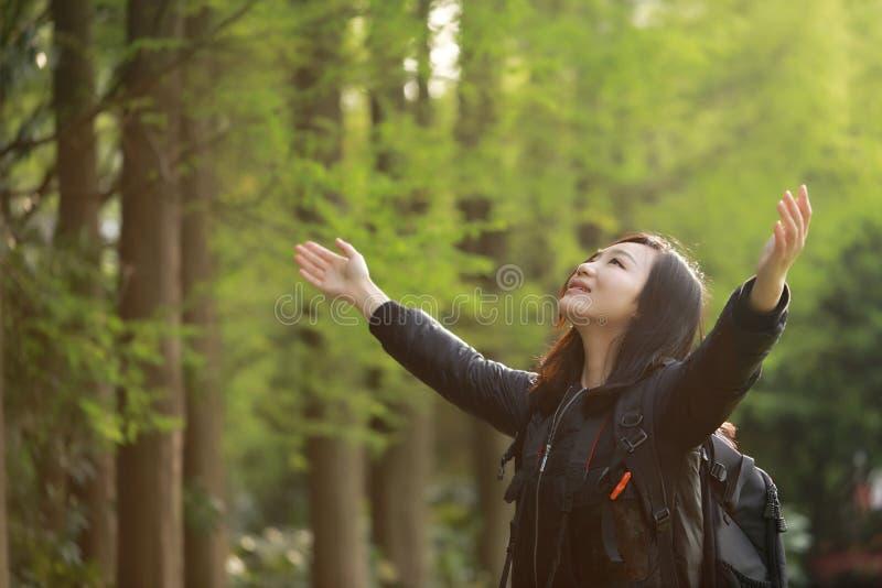 Mulher feliz da liberdade que sente livre na natureza no verão da mola exterior, foto de stock