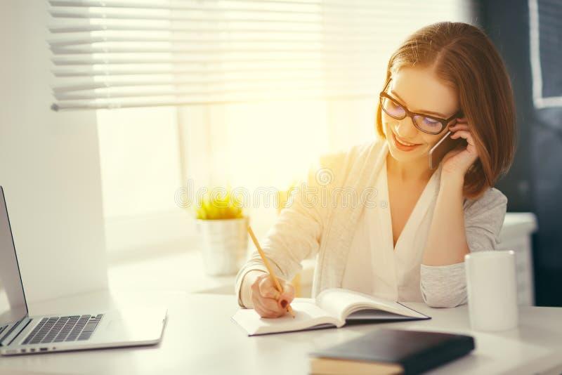 Mulher feliz da mulher de negócios com computador e telefone celular imagem de stock royalty free