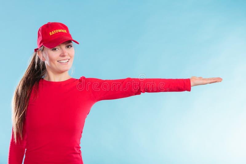 Mulher feliz da salva-vidas no sentido apontando do tampão imagens de stock royalty free