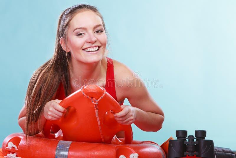 Mulher feliz da salva-vidas que encontra-se na boia de anel do salvamento imagens de stock royalty free