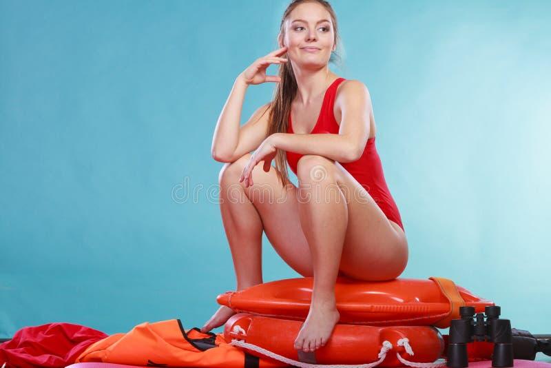 Mulher feliz da salva-vidas que senta-se na boia de anel do salvamento fotografia de stock royalty free