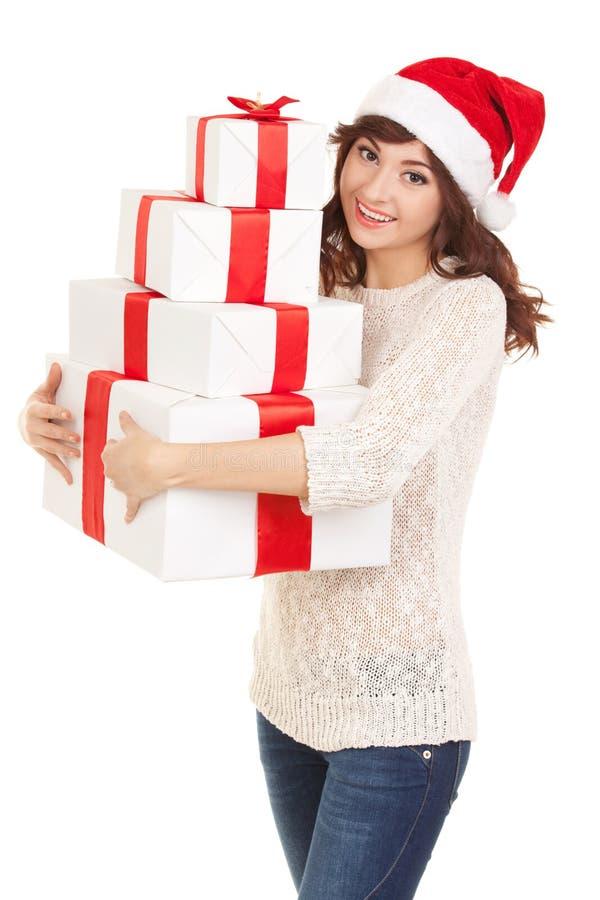 Mulher feliz de Santa com as caixas de presente isoladas no branco foto de stock
