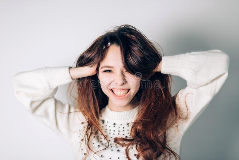 Mulher feliz de sorriso Moça engraçada em um fundo branco Emoções positivas sinceras imagem de stock royalty free