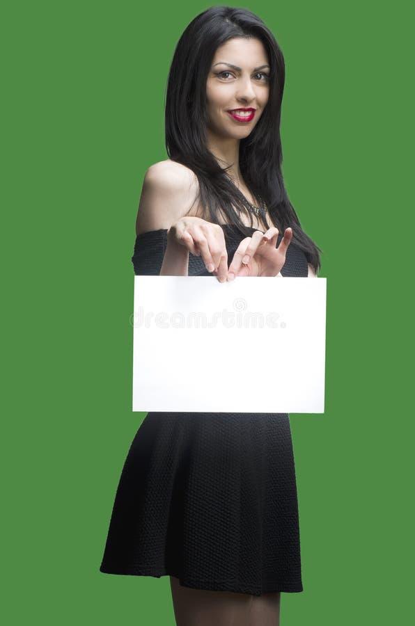 A mulher feliz de sorriso que guarda o papel vazio, esvazia o espaço da cópia imagens de stock