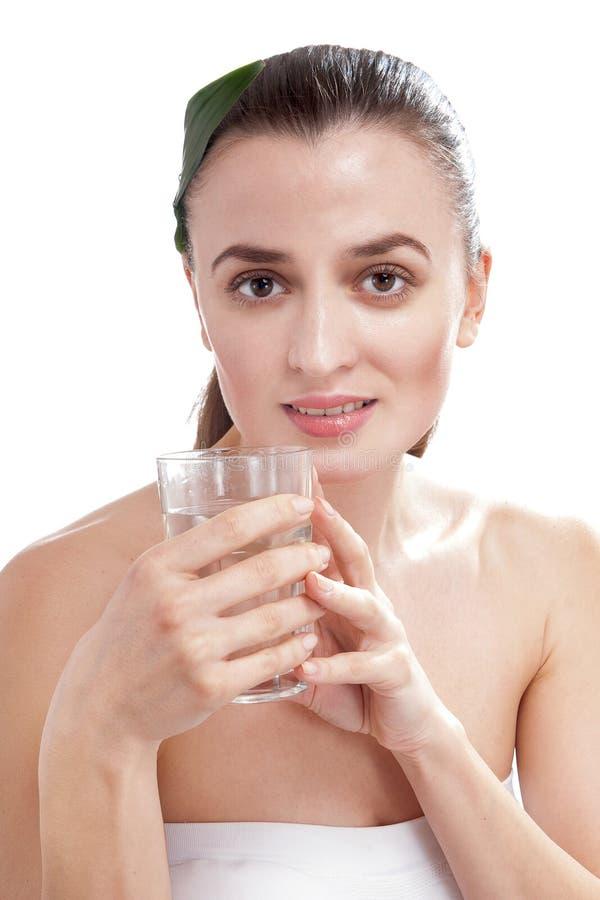 Mulher feliz de sorriso que guarda o vidro da água. imagens de stock