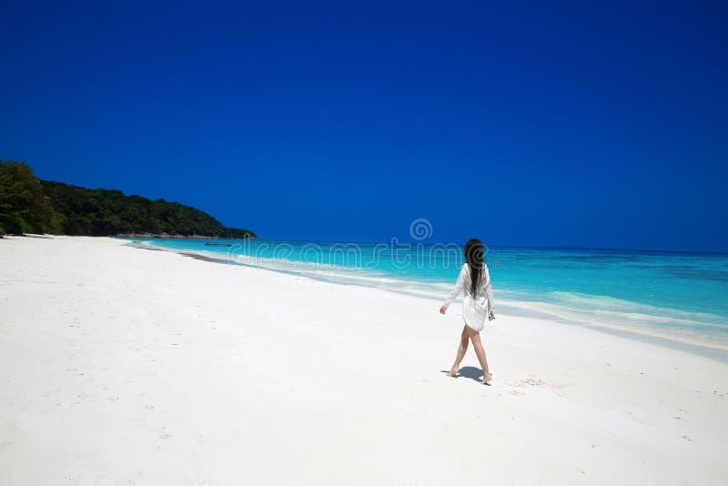 Mulher feliz despreocupada que anda na praia tropical, ilha exótica S imagens de stock royalty free