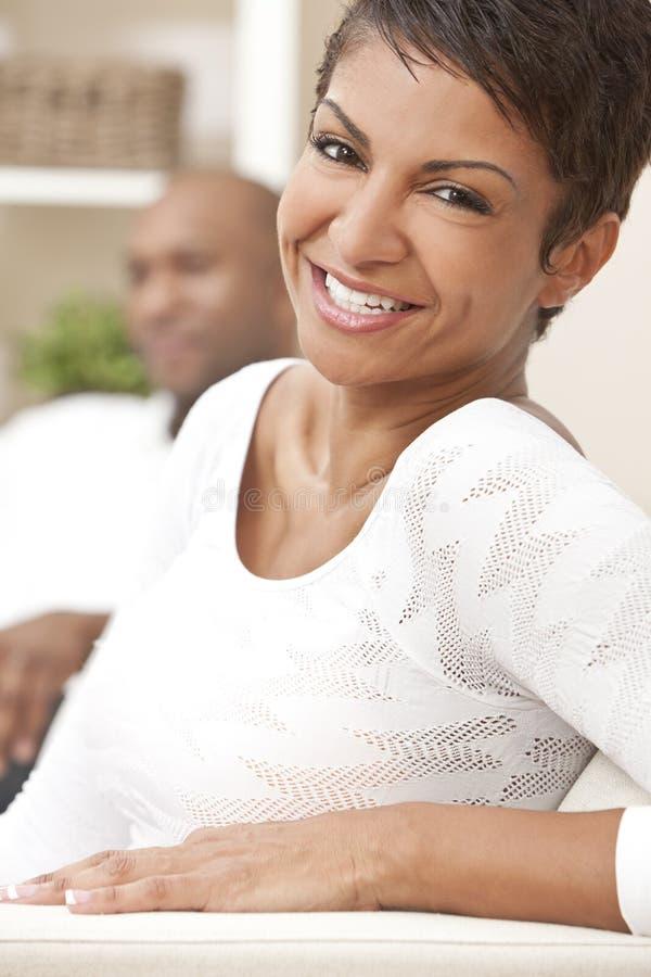 Mulher feliz do americano africano em casa imagem de stock
