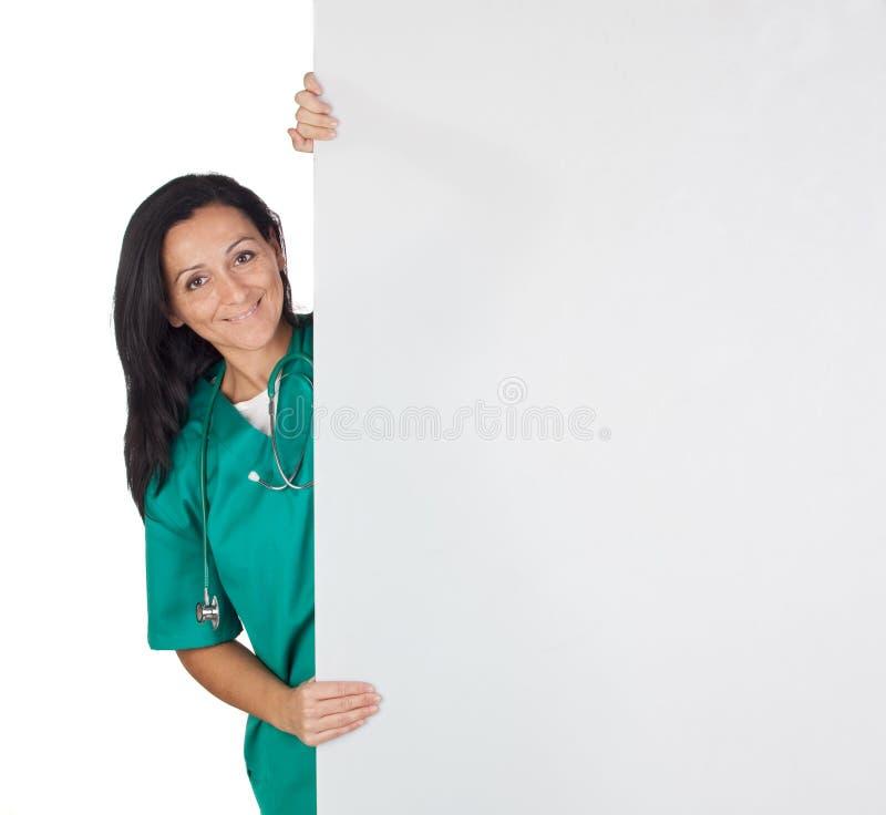 Mulher feliz do doutor com um poster em branco fotos de stock royalty free