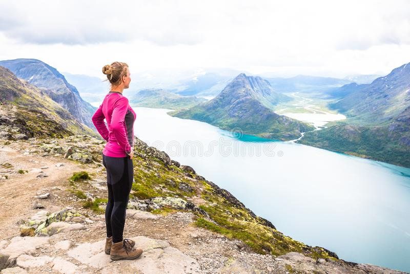 Mulher feliz do esporte que caminha em Bassegen noruega fotos de stock