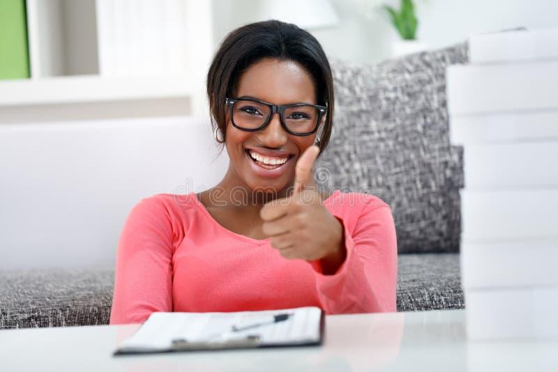 Mulher feliz do estudante fotografia de stock royalty free