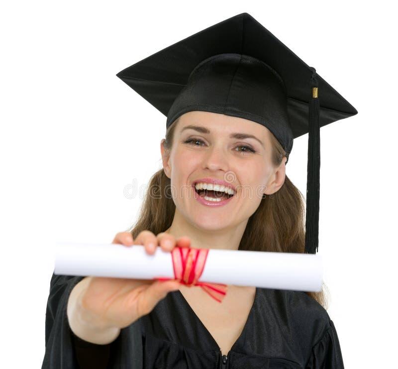 Mulher feliz do estudante da graduação que mostra o diploma imagens de stock royalty free
